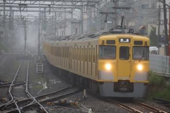2020年7月15日 5時56分ころ。田無。1番ホームを通過する2401F+2095Fの上り回送列車。