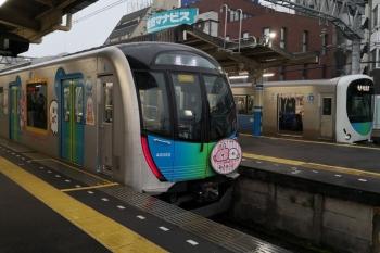 2020年7月15日 6時17分ころ。田無。中線へ到着した40152F(カナヘイ)の上り回送列車と、38101Fの5803レ。