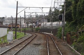 2020年7月16日 13時57分ころ。東藤原〜西藤原。下り列車から見た東藤原駅。駅の東端には(<-)ED5082+ED5081が止まってました。