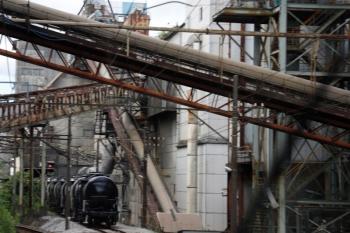 2020年7月16日 14時16分ころ。東藤原〜西藤原。上り列車から見たセメント工場。タンク貨車が並んでます。
