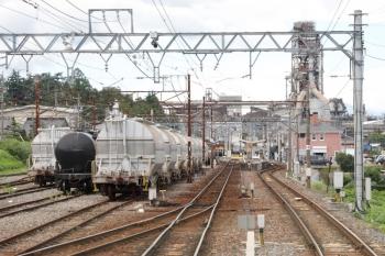 2020年7月16日。東藤原。上り列車の車内から。ホームの横に(<-富田)ED451+ED454やタンク貨車が並んでました。