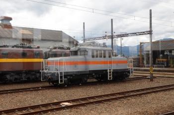 2020年7月16日 13時半ころ。保々。駅に隣接した車庫に凸型電機のED301がいました。普段は東藤原のセメント工場で貨車の入換をしているようです。