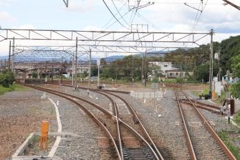 2022年7月16日 14時22分ころ。伊勢治田。上り列車の車内から撮影。構内が広く、ホームの横に側線が広がっていました。