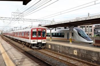 2020年7月16日。米野。名古屋駅から回送されて3号線へ入ったアーバンライナーplus(右)の横を通過する、9103ほか6連の急行 名古屋ゆき(536レでしょうか)。