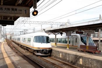 2020年7月16日 7時21分ころ。米野。名古屋駅から回送されて3号線へ入ったアーバンライナーplus(右)の横を通過する、アーバンライナー(回送列車のはずです)。