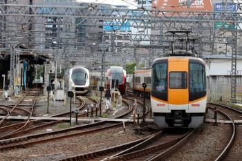 2020年7月16日 7時24分ころ。米野。入庫したアーバンライナーplusと、早朝から留置の「ひのとり」80000系の横を通過する、新塗装の特急612レ(松阪始発)。