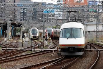 2020年7月16日 7時34分ころ。米野。左から、入庫したアーバンライナーplusと、早朝から留置の「ひのとり」80000系、アーバンライナーの上り回送列車。