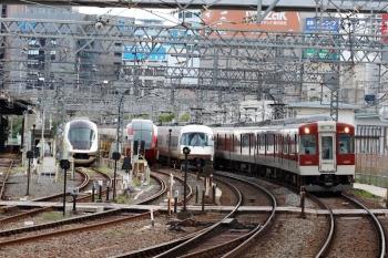 2020年7月16日 7時47分ころ。米野。左から、入庫したアーバンライナーplusと、早朝から留置の「ひのとり」80000系、アーバンライナーの特急8614レ(五十鈴川始発)、5162ほかの下り回送列車。