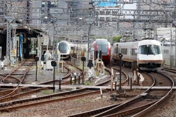 2020年7月16日 7時58分ころ。米野。左から、出庫し名古屋駅へ向かうアーバンライナーplus、早朝から留置の「ひのとり」80000系、名古屋駅から回送されてきたアーバンライナー(8614レの車両でしょうか。転線して上り3号線へ入ります)。