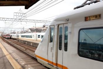 2020年7月16日 8時1分ころ。米野。手前がアーバンライナーの58レ(7時34分ころに上っていった車両でしょうか)、2912ほかの急行 名古屋ゆき(6738レ?)、3号線へ停車中のアーバンライナーの回送列車。