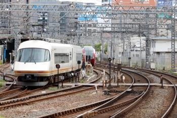 2020年7月16日 8時4分ころ。米野。早朝から留置の「ひのとり」80000系(左奥)と、3号線から入庫するアーバンライナーの回送列車。