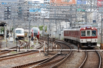 2020年7月16日 8時25分ころ。米野。左から、名古屋駅から回送され入庫したアーバンライナー、早朝から留置の「ひのとり」80000系(左奥)、1015ほかの普通 富吉ゆき883レ。