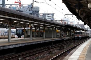 2020年7月16日 17時49分ころ。名古屋。関西本線の電車と並んでホームに停車するHC85系(左)。