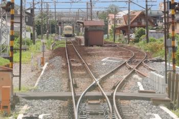 2020年7月16日 14時50分ころ。平津。上り列車の車内から。貨物列車があるので、交換駅の構内は長いです。