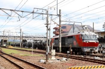 2020年7月16日 9時40分ころ。富田。DF200-206牽引の5363レが発車。三岐鉄道からやって来たセメント輸送の貨車を四日市へ運びます。