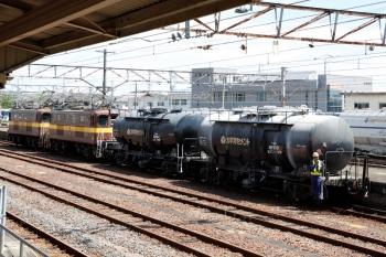 2020年7月16日 9時50分ころ。富田。踏切から駅員無配置の駅へ入ると、構内側線で三岐鉄道の電機が貨車を入換してました。6360レで四日市からこの2両の貨車が来たのかは知りません。