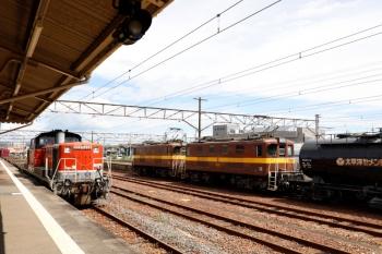 2020年7月16日 10時00分ころ。富田。待機する三岐鉄道の電機の横へ、DD51-1028牽引の2085レが到着。快速みえ3号に抜かれてました。