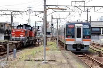 2020年7月16日 10時5分ころ。富田。DD51-1028牽引の2085レの横を、キハ75形2+2連の快速みえ3号に抜かれてました。