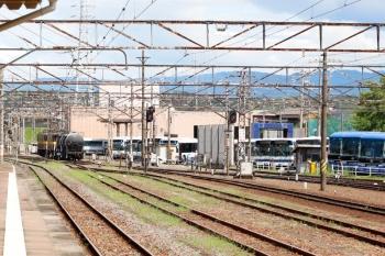 2020年7月16日 10時15分ころ。富田。2085レの発車を見送っていると、電機に牽かれて三岐鉄道へ貨車2両が入っていきました。編成は先頭から、ED452+ED453+コタキ81924+コタキ81919。501レでしょう。