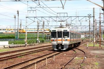 2020年7月16日 10時25分ころ。富田。JR東海の313系2連・四日市ゆき。背後に見えるのは近鉄の30000系特急列車。左手が近鉄の富田駅です。
