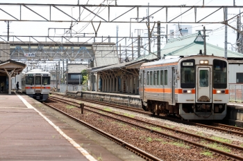 2020年7月16日。富田。キハ11-305の上り回送列車が通過。右は313系2連の四日市ゆき。