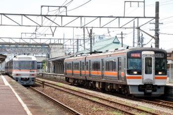 2020年7月16日 10時32分ころ。富田。通過するキハ75形の快速みえ6号(右)と、交換待ちのキハ85系・特急 南紀3号。
