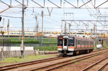 2020年7月16日 10時32分ころ。富田。通過したキハ75形の快速みえ6号(右)。背後には近鉄の30000系の特急列車がいました。