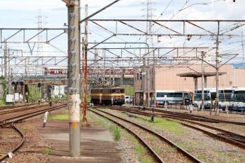2020年7月16日 10時34分ころ。富田。三岐鉄道から電機が2両到着。単機列車の2002レ。富田方からED451+ED454でした。背後には近鉄の一般電車。