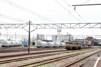2020年7月16日 10時35分ころ。富田。三岐鉄道から到着した単機列車の2002レ(右)。左奥の側線には炭酸カルシウムや石炭灰を、石灰石鉱山と中部電力の石炭火力発電所との間で輸送する専用貨車が留置されてました。輸送はお休みでしょうか。
