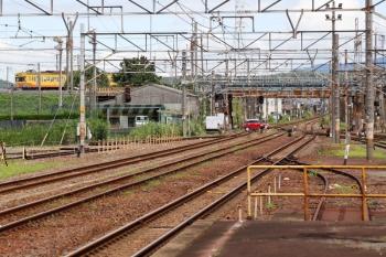 2020年7月16日 10時40分ころ。富田。JR富田駅の北端から見えた、三岐鉄道の近鉄富田ゆき(左奥)。