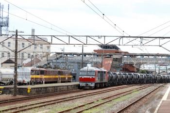 2020年7月16日 11時20分ころ。富田。三岐鉄道のED454+ED451が待つ構内へ、DF200-201牽引の5362レが到着。