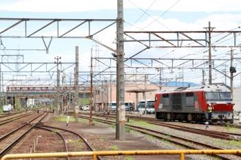 2020年7月16日 11時22分ころ。富田。DF200-201は切り離されて駅北側へ向かいました。奥には近鉄の一般電車。