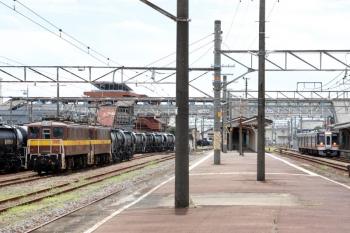 2020年7月16日 11時30分ころ。富田。右から、通過するキハ75形2連の快速みえ8号、5362レで四日市から到着した貨車のうち2両だけ切り離して入換中の三岐鉄道の電機、そして5362レで到着したセメント輸送貨車。