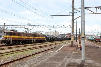 2020年7月16日 11時36分ころ。富田。右奥はDF200-201牽引の5282レ。ED454+ED451はセメント貨車に連結されて3713レとして出発準備は完了。