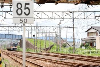 2020年7月16日 12時4分ころ。富田〜朝日。キハ75形の快速みえ7号の上は、三岐鉄道の近鉄富田への線路で、右端がJR富田駅から三岐鉄道への線路。手前の複線がJRの関西本線。上にちらりと写っているのが近鉄名古屋線。背中側にJR富田駅があります。