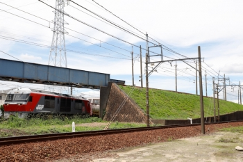 2020年7月16日 12時17分ころ。富田〜朝日。上の写真と同じ場所での撮影ですが、こちらで写っているのはDF200-223牽引のJR貨物の2089レです。