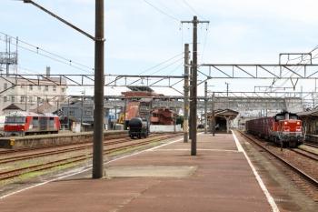 2020年7月16日 12時51分ころ。富田。DD51-1028牽引の2080レが中線に到着。コタキ112461とDF200-201は左に残ってます。