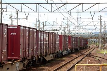 2020年7月16日 12時52分ころ。富田。DD51-1028牽引の2080レが中線に到着。奥の近鉄線上をアーバンライナーが通過。