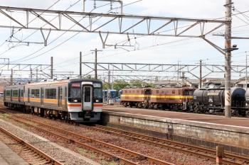 2020年7月16日 15時6分ころ。富田。キハ75-6ほか2連の快速みえ13号(左)と、(<-西藤原)ED452+ED451の三岐鉄道の貨物列車。