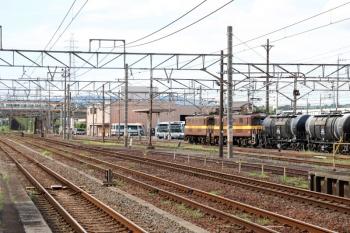 2020年7月16日 15時12分ころ。富田。近鉄の特急列車(左奥)と、(<-西藤原)ED452+ED451の三岐鉄道の貨物列車。