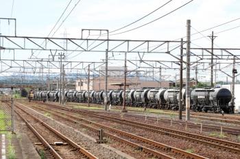 2020年7月16日 15時13分ころ。富田。(<-西藤原)ED452+ED451に牽引されて発車した三岐鉄道の貨物列車3715レ。