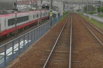 2020年7月17日 10時18分ころ。犬山〜富岡前。左手が車両工場。「ミュースカイ」の2000系もいました。手前は特急車の1000系/1200系。