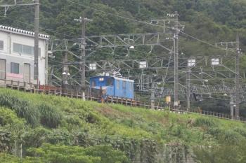 2020年7月17日 14時47分ころ。藤川〜名電中山。車内から、舞木検査場でなにやら動く電機が見えました。左の電車は小牧線用の300系。側扉がヘンです、取り外されているのかも。