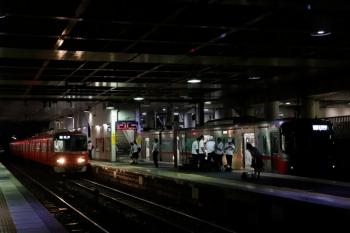 2020年7月17日 19時29分ころ。前後。先着していた3307ほか4連の普通 東岡崎ゆきと、到着する3512ほか4連の準急 豊明ゆき。弥富駅では普通 豊明ゆきだった列車です。