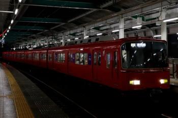 2020年7月17日 19時36分ころ。鳴海。急行 吉良吉田ゆきに先発された、6419ほか4連の普通 東岡崎ゆき。セミクロスシートの車内には立っている人も多く見えます。