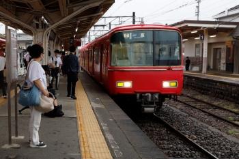 2020年7月17日 17時36分ころ。森上。2面3線の駅でした。乗車していた津島ゆきは左端にチラッと見えてます。中央の、到着する普通 名鉄一宮ゆきは6836ほか2連です。
