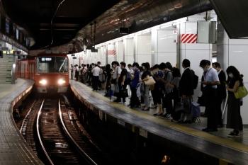 2020年7月17日 20時28分ころ。名鉄名古屋。到着する318ほか2連+3803ほか4連の急行 新鵜沼ゆき。