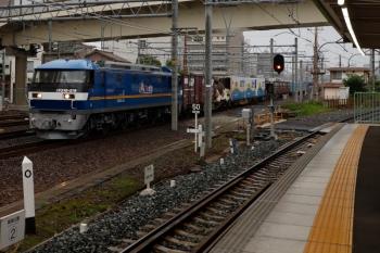 2020年7月17日 5時52分ころ。神宮前。隣のJR東海道本線を金色帯のEF210-319牽引のコンテナ貨物列車が通過。