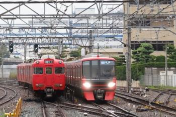 2020年7月17日 6時4分ころ。神宮前。金山方。常滑線の列車がすれ違い。左は6004ほかの急行 佐屋ゆき、右は9503ほか4連+3116ほか2連の急行 河和ゆき。
