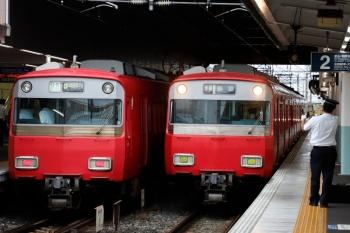 2020年7月17日 6時22分ころ。神宮前。常滑線の6500系列車が並びました。左は6405ほか4連+6821ほか2連の快速急行 中部国際空港ゆき、右は6503ほか?の普通 弥富ゆき。